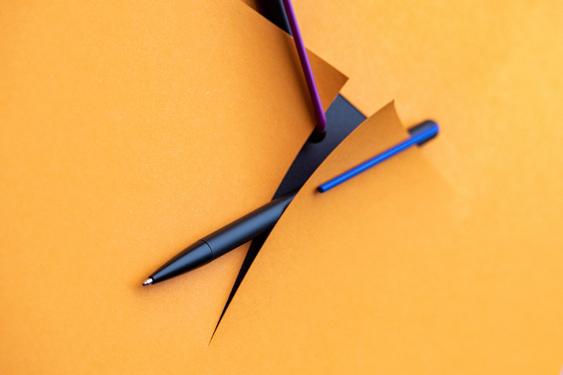 Publicidad del bolígrafo grafeeX violeta