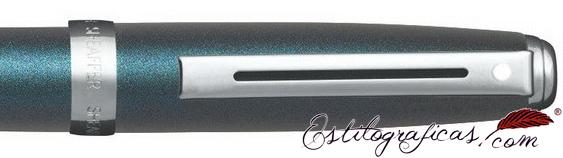 Detalle del bolígrafo Sheaffer Prelude azul eléctrico y detalles niquelados
