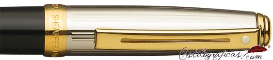 Detalle del bolígrafo Prelude negro y paladio con detalles dorados