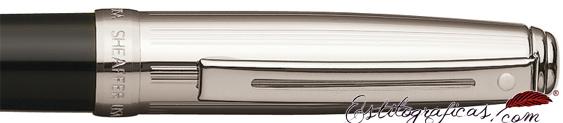 Detalle del bolígrafo Prelude negro y paladio con adornos niquelados