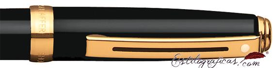 Detalle del bolígrafo Prelude enlacado en negro brillante y detalles dorados