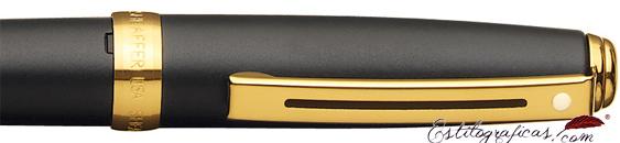 Detalle del bolígrafo Prelude pavonado negro mate y detalles dorados