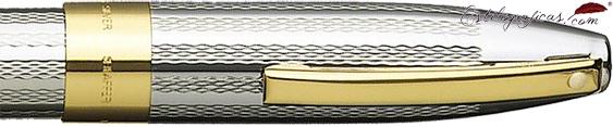 Detalle de pluma estilográfica grano de cebada, en plata de ley y adornos dorados de la colección Legacy Heritage de Sheaffer