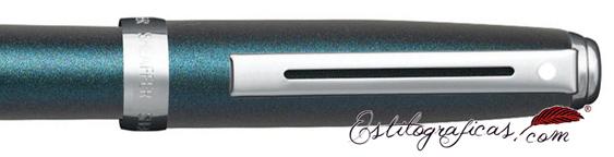 Detalle de pluma estilográfica Prelude azul eléctrico y detalles niquelados