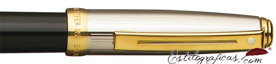 Detalle de pluma estilográfica Prelude negra y paladio con detalles dorados