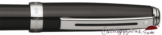 Detalle de pluma estilográfica Prelude enlacada en negro brillante y detalles niquelados