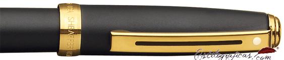 Detalle de pluma estilográfica Prelude con pavonado negro mate y detalles dorados