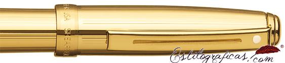Detalle del rollerball Prelude bañado en oro con acabado acanalado