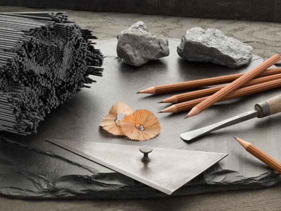 3 lápices largos de cedro marrón con el logo Graf von Faber-Castell
